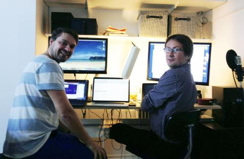 Johannes og Lars ved et skrivebord